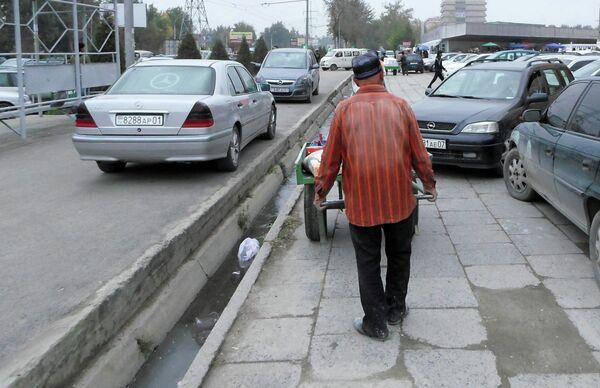 Рабочий на рынке. Архивное фото - Sputnik Таджикистан