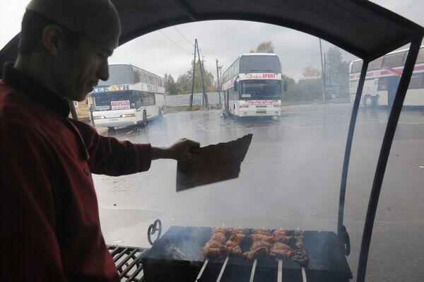 Трудовой мигрант готовит шашлык. Архивное фото - Sputnik Таджикистан