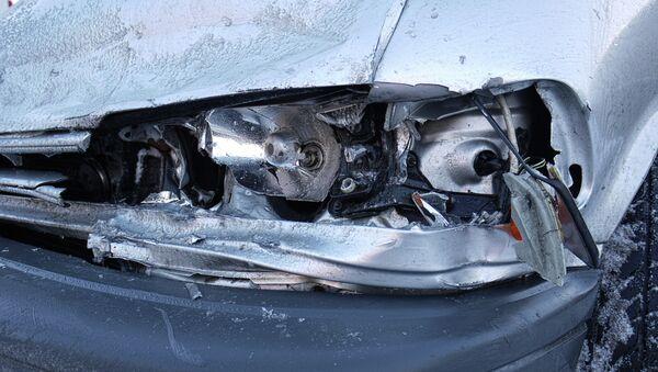 Разбитая фара автомобиля. Архивное фото - Sputnik Таджикистан