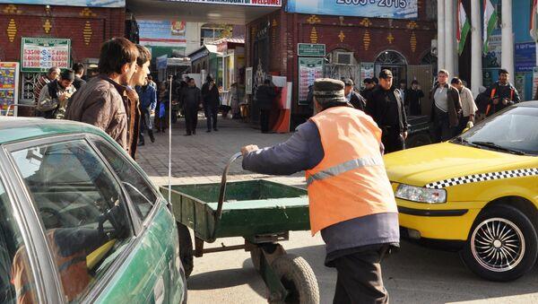 Арбакеш (человек с тележкой) на столичном базаре. Архивное фото - Sputnik Таджикистан