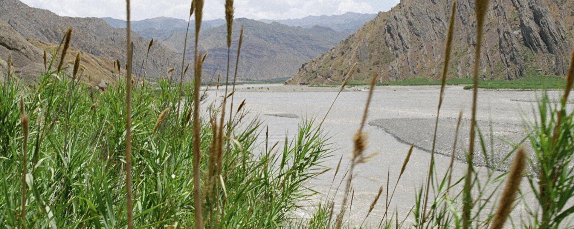 Пограничная с Афганистаном река Пяндж. Архивное фото. - Sputnik Таджикистан, 1920, 28.04.2021