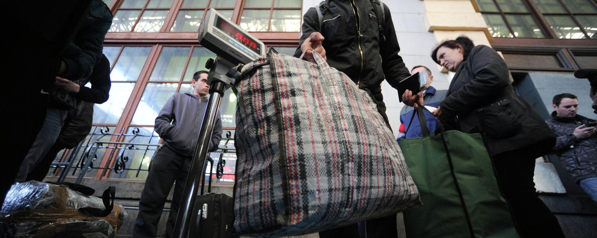 Пассажиры поезда взвешивают багаж . Архивное фото - Sputnik Таджикистан, 1920, 31.08.2021