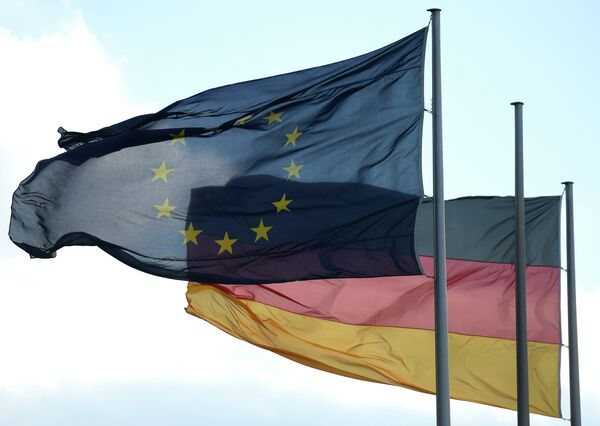 Флаги Евросоюза и Германии в Берлине. Архивное фото - Sputnik Таджикистан