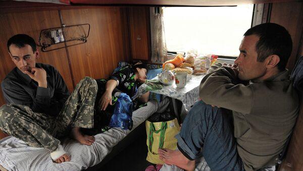 Таджикские трудовые мигранты в вагоне поезда Москва-Душанбе. Архивное фото. - Sputnik Таджикистан