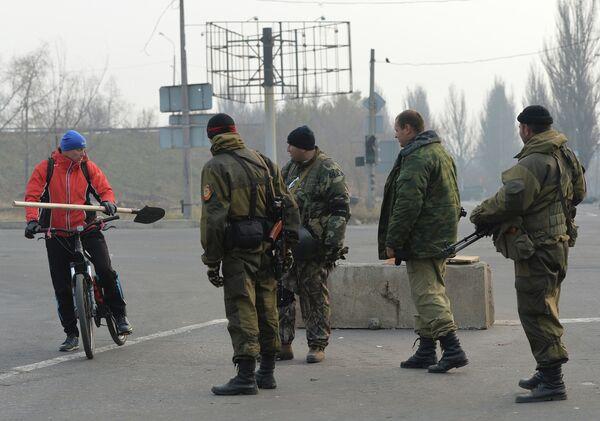 Ополченцы на блокпосту ДНР в Киевском районе Донецка. Архивное фото - Sputnik Таджикистан