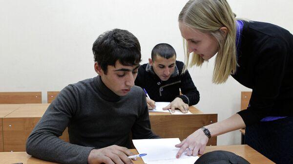 Сдача мигрантами экзамена по русскому языку. Архивное фото - Sputnik Таджикистан