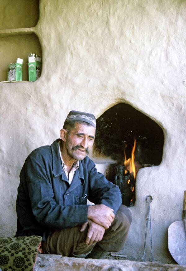 Ягнобец у традиционного камина. Архивное фото - Sputnik Таджикистан