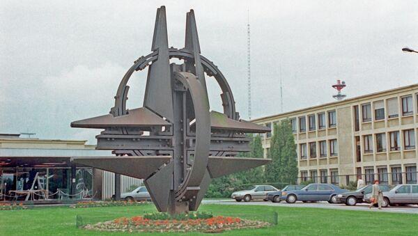 Символ НАТО в Брюсселе, архивное фото - Sputnik Таджикистан