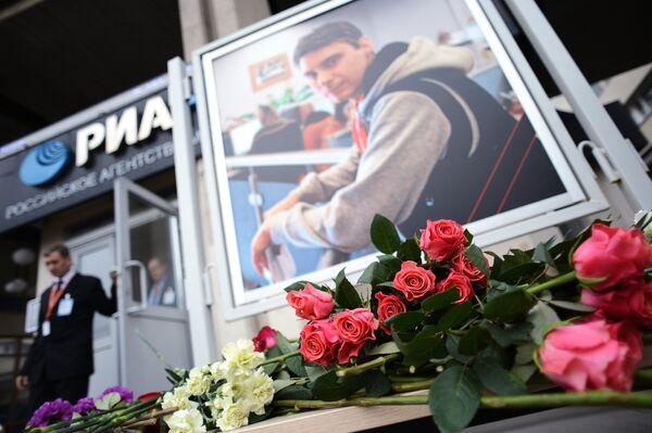 Цветы в память о погибшем на Украине фотокорреспонденте Андрее Стенине у здания агентства МИА Россия сегодня. Архивное фото - Sputnik Таджикистан