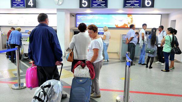 Пассажиры у стойки регистрации билетов. Архивное фото - Sputnik Таджикистан