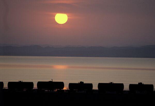 Транспортировка нефти. Архивное фото - Sputnik Таджикистан