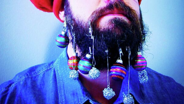Елочные украшения на бороде - Sputnik Таджикистан