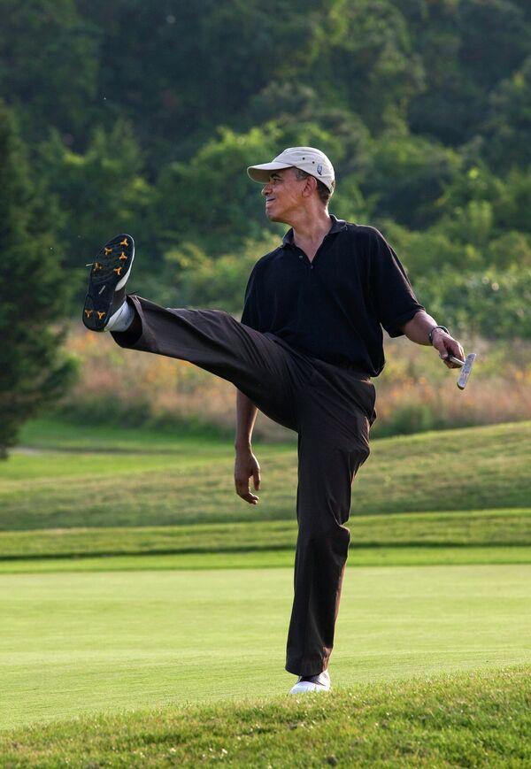 Барак Обама играет в гольф. Архивное фото - Sputnik Таджикистан