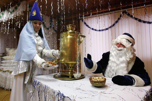 Кыш Бабай и Кар Кызы (татарские Дед Мороз и Снегурочка) - Sputnik Таджикистан