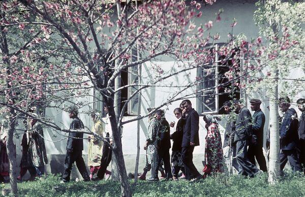 Во дворе школы, расположенной в одном из сел Памира. 1965 г. - Sputnik Таджикистан