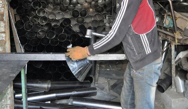 Работа жестянщика. Архивное фото - Sputnik Таджикистан