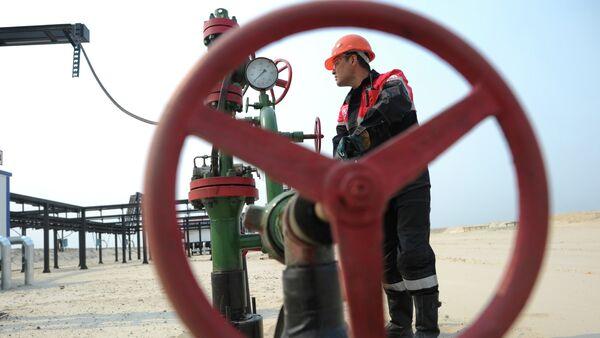 Добыча нефти в городах Ханты-Мансийского автономного округа. Архивное фото. - Sputnik Таджикистан