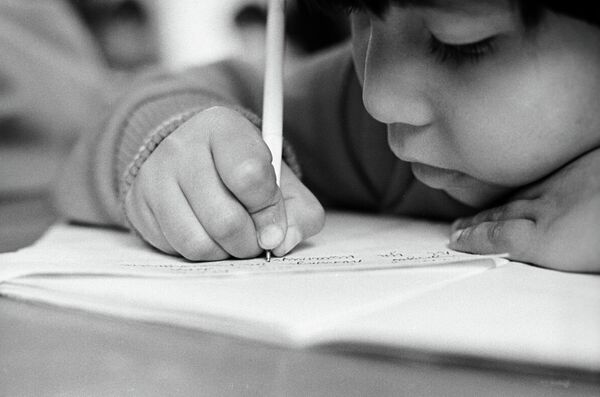 Воспитанница детского дома на уроке. Архивное фото - Sputnik Таджикистан