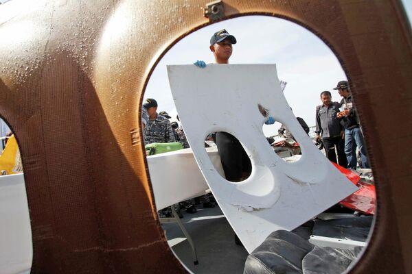 Фрагменты потерпевшего крушение самолета Air Asia - Sputnik Таджикистан