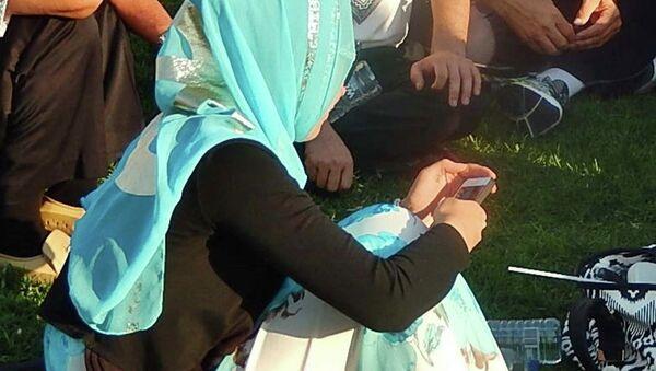 Девушка с мобильным телефоном - Sputnik Таджикистан