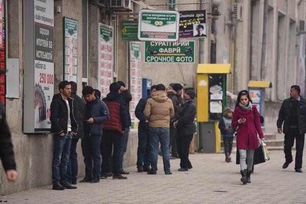 Люди у обменных пунктов в Душанбе. 18 декабря 2014 г. - Sputnik Таджикистан