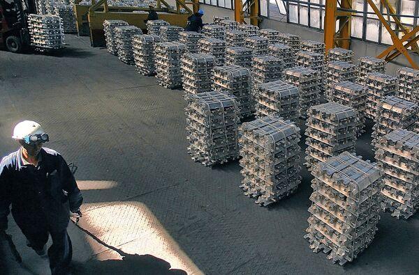 Алюминиевые слитки на Таджикском алюминиевом заводе. Архивное фото - Sputnik Таджикистан