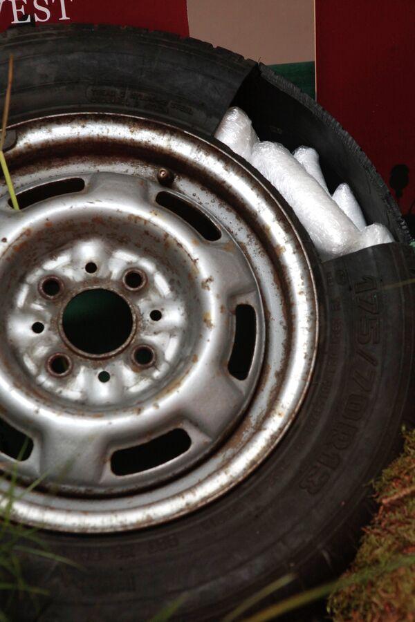 Наркотики, спрятанные в шине автомобиля. Фрагменты инсталляции Смертельный урожай - Sputnik Таджикистан