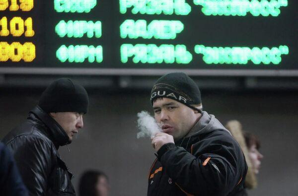 Мигранты на Казанском вокзале в Москве.  Архивное фото - Sputnik Таджикистан