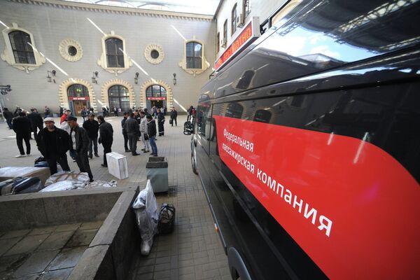Перронный контроль пассажиров поезда Москва-Душанбе. Архивное фото - Sputnik Таджикистан