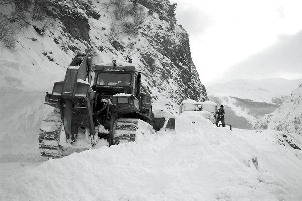 Прокладка временной дороги после схода лавины. Архивное фото - Sputnik Таджикистан