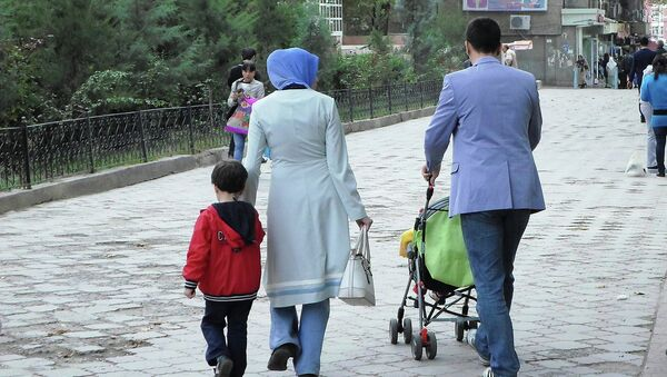 Прохожие на одной из улиц Душанбе. Архивное фото - Sputnik Таджикистан