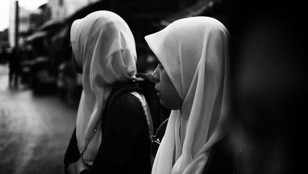 Девушки в хиджабах. Архивное фото - Sputnik Таджикистан
