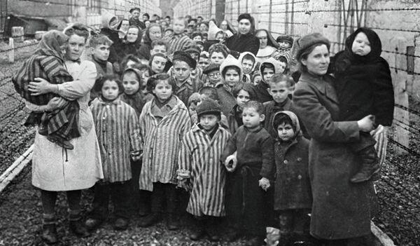 Освенцим в первые часы после освобождения лагеря. Архивное фото. - Sputnik Таджикистан