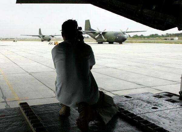 Оператор снимает  самолеты ВВС Германии на авиабазе в Термезе. Архивное фото - Sputnik Таджикистан