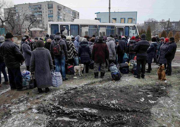 Люди ждут своей очереди в автобус, предназначенный для эвакуации мирных жителей из Дебальцево. 5 февраля 2015 года - Sputnik Таджикистан