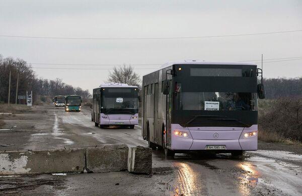 Автобусы, предназначенные для эвакуации мирных жителей из Дебальцево. 6 февраля 2015 года - Sputnik Таджикистан
