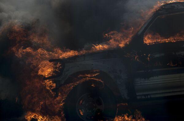 Охваченный огнем автомобиль. Архивное фото - Sputnik Таджикистан