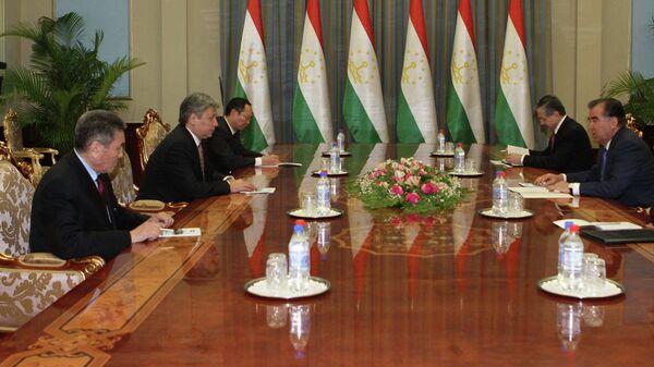 Министр иностранных дел Кыргызстана Эрлан Абдылдаев на встрече с президентом Таджикистана Эмомали Рахмоном. Архивное фото - Sputnik Таджикистан