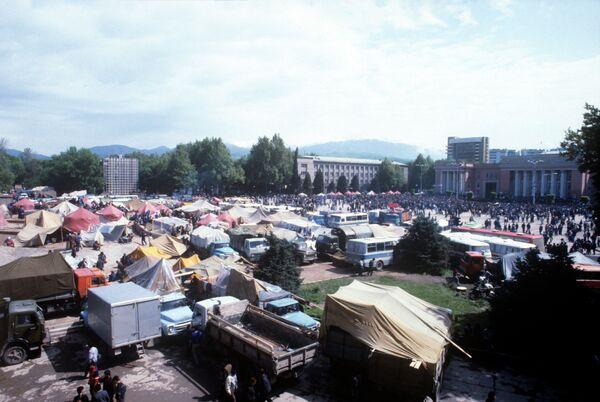 Митинг на площади Озоди в 1992 году. Архивное фото. - Sputnik Таджикистан