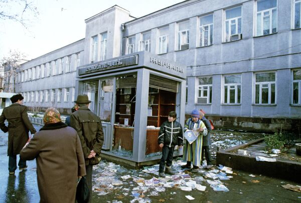 Разгромленный газетный киоск - Sputnik Таджикистан