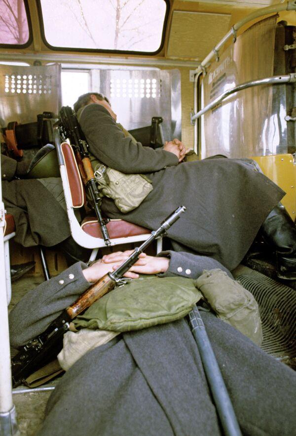 Солдаты, спящие в автобусе - Sputnik Таджикистан
