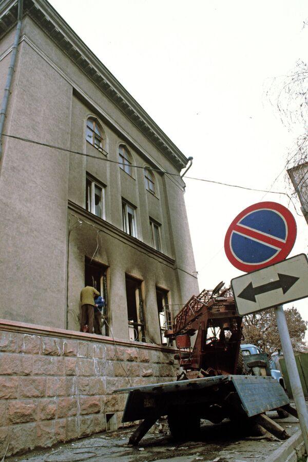 У обгоревшего здания - Sputnik Таджикистан