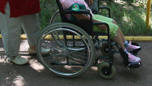 Ребенок на инвалидной коляске. Архивное фото - Sputnik Тоҷикистон