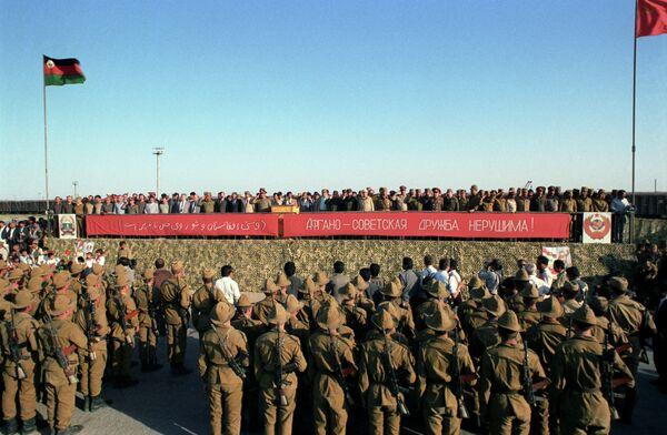 Митинг афгано-советской дружбы. Начало возвращения советских войск из Афганистана. Архивное фото - Sputnik Таджикистан