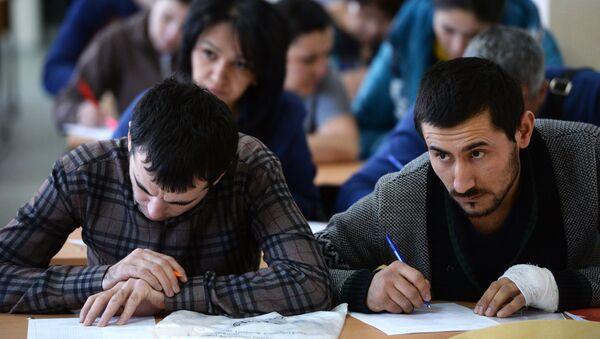 Сдача экзаменов в центре тестирования мигрантов, архивное фото - Sputnik Таджикистан