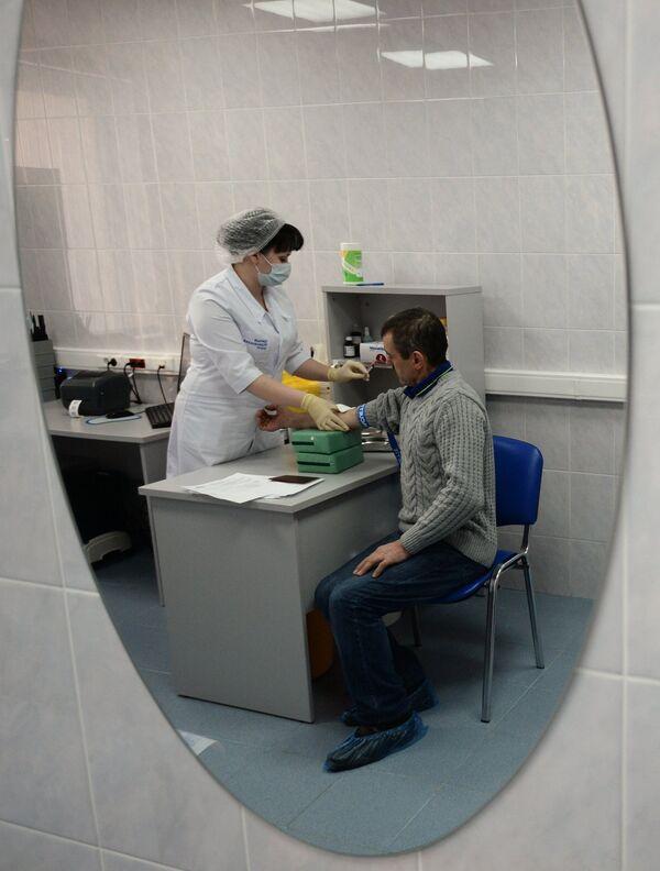 Иностранный гражданин проходит медицинское обследование. Архивное фото - Sputnik Таджикистан