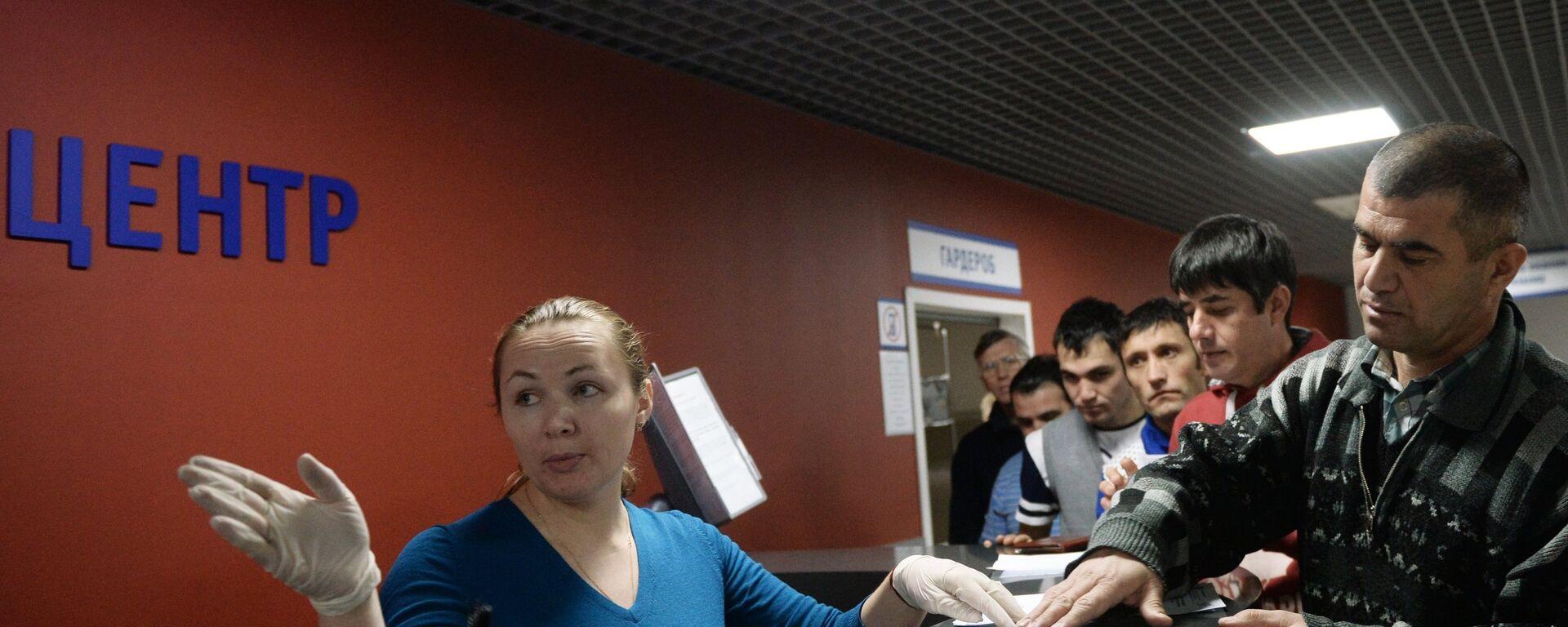 Выдача первых патентов в Едином миграционном центре. Архивное фото - Sputnik Таджикистан, 1920, 13.06.2021