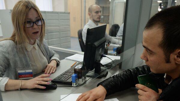 Выдача патентов в Едином миграционном центре Московской области. Архивное фото - Sputnik Таджикистан