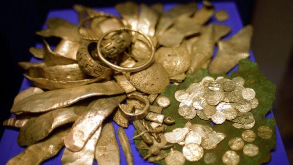 Клад ХII века с золотыми изделиями, монетами. Архивное фото - Sputnik Таджикистан