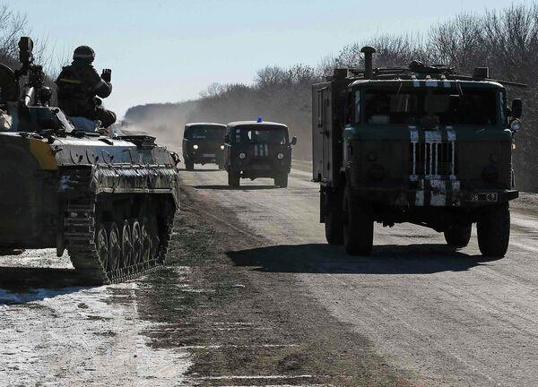 Украинские военные на трассе между Дебальцево - Артемовск 18 февраля 2015 года - Sputnik Таджикистан